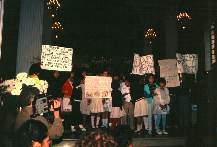 Children welcoming la marcha
